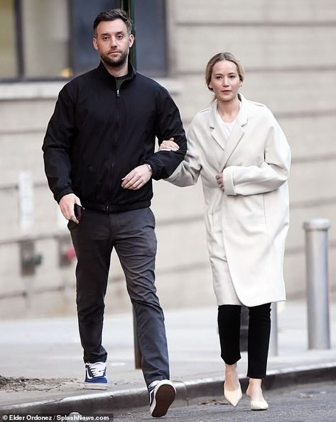 Jennifer Lawrence flashes her diamond engagement ring from fiance Cooke Maroney | Daily Mail Online