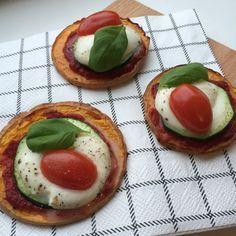 Deze mini healthy pompoen pizza is heerlijk als tussendoortje of zelfs als hapje! Deze mini pizzatjes zijn snel en makkelijk om te maken en doordat je pompoen als bodem gebruikt zijn ze heerlijk skinny. Ik maakte een lekkere caprese versie, uiteraard kun je ze beleggen met wat jij maar wilt! Healthy pompoen pizza (2 personen) Wat heb je nodig: – bakplaat en bakpapier – 8 plakken met schil van eenflespompoen – olijfolie – tomatenpuree – 8 plakken courgette – 8 plakken mozzarella –…