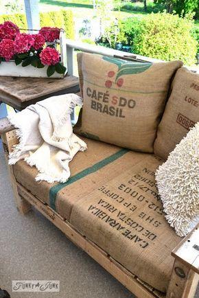 Cadeiras de paletes com almofadas