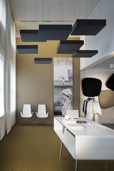 Plafond tasseaux bois avec spot reflexion sur dessus plateaux noirs