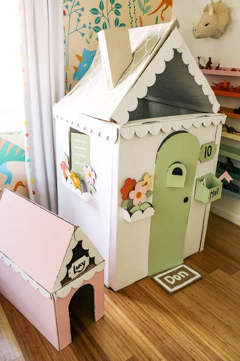 how to make a cardboard house for a kid. How to make a mini house from a box for boys or girls with a video tutorial for this easy project. Ideas for how to build this simple house Cardboard Houses For Kids, Cardboard Crafts Kids, Cardboard Playhouse, Cardboard Tubes, Cardboard Fireplace, Cardboard Furniture, Diy Toys, Kids House, Play Houses