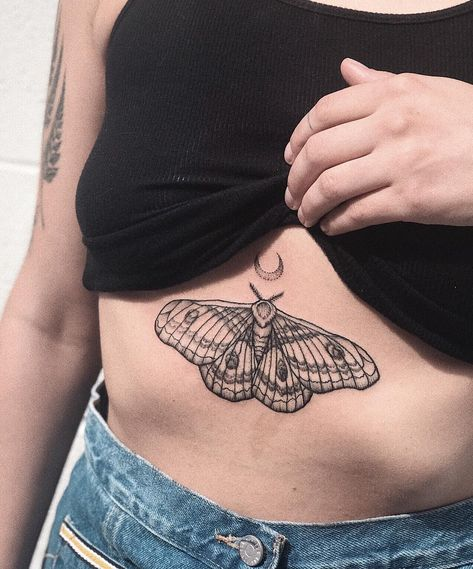 Read a full overview of how much it hurts to get a sternum tattoo and what the … – tattoos for women small Rebellen Tattoo, Tattoo Bunt, Tattoo Trend, Chest Tattoo, Piercing Tattoo, Piercings, Luna Moth Tattoo, Sternum Tattoos, Celtic Tattoos