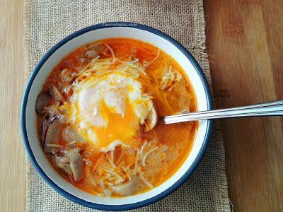 Sopa de fideos express de champiñon y huevo escalfado