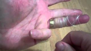 L'astuce pour enlever une bague coincée avec du fil dentaire