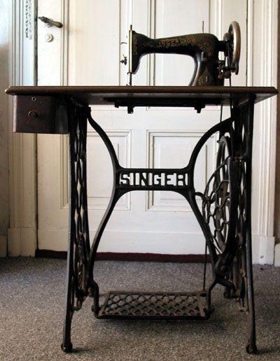 Máquina de coser Singer a pedal - parece un modelo básico con un cajón.