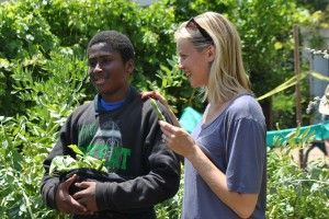 Amy Smart Visits Carthay Center Elementary School Garden