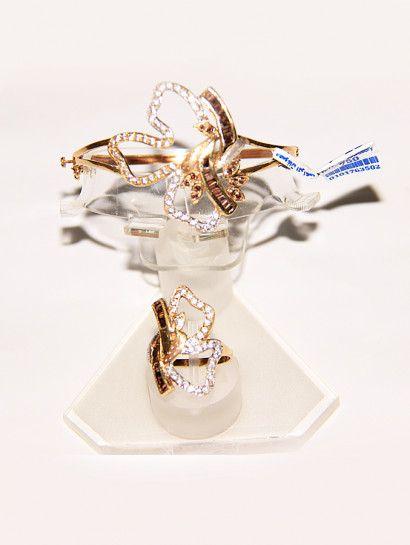 نصف طقم ذهب عيار 18 نصف طقم ذهب عيار 18 أسورة و خاتم شكل وردة مفرغة مرصع بالفصوص ويرد بالفصوص Jewelry Jewelrymaking Engagement Rings Jewelry Engagement