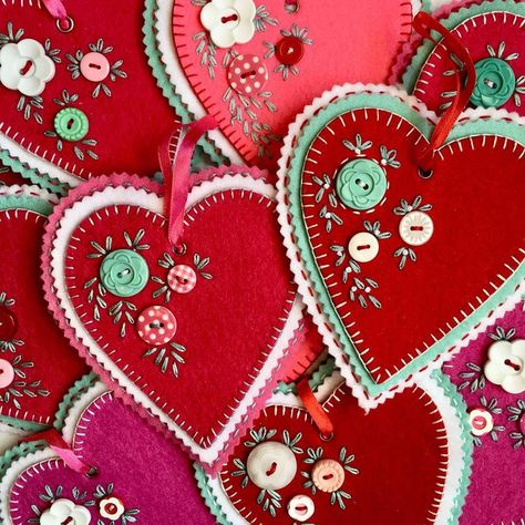 This art that makes me happy: Hand stitched felt hearts Valentine Day Crafts, Vintage Valentines, Love Valentines, Valentine Heart, Felt Decorations, Valentine Decorations, Christmas Decorations, Fabric Crafts, Sewing Crafts
