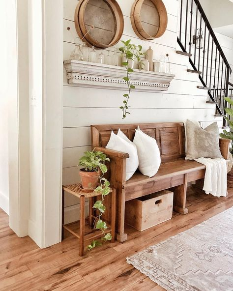 Farmhouse Hallway Design Ideas - Easy methods to include some beauty and also personality to create an attractive farmhouse design hallway area. #farmhousehallwaydesign #farmhouseideas #farmhousehallwaytable