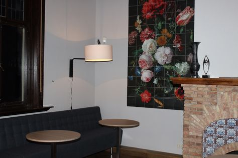 In de lounge ruimte met overlegplekken hangt een mooie IXXI. Op de schouw een vaas van PTMD naast een beeld dat privé bezit is.
