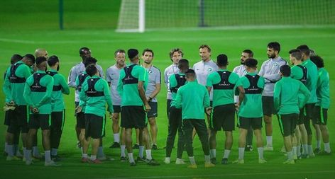 الأخضر يختتم استعداداته لقطر في غياب سلمان الفرج وسالم الدوسري صور Soccer Field Soccer Sports
