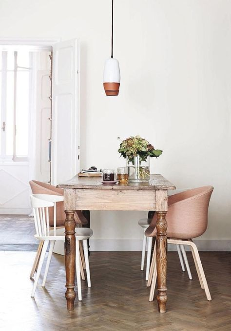 Die Mischung macht's: Vintage Esstisch und moderne Stühle in einem Zimmer mit einem hellen Creme-Weiß als Wandfarbe. www.kolorat.de #KOLORAT #Wandfarbe #Esszimmer