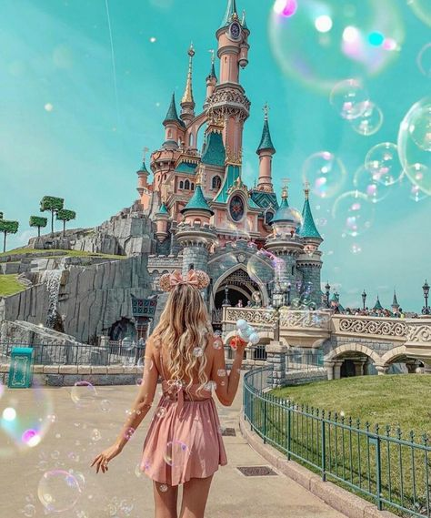 A trip to wonderland 🕊 have you ever been to Disneyland ? Who wants to go? Surprise to come soon on my account ♥️ . Disney World Outfits, Disney World Fotos, Disneyland Outfits, Disney Dream, Voyage Disney, Mode Au Ski, Disney Land Pictures, Disney Poses, Disney Parque