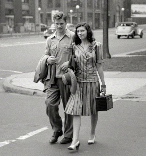 1941 Street Style Fashion of a young couple.  #1940s #1940sfashion #vintagephotography