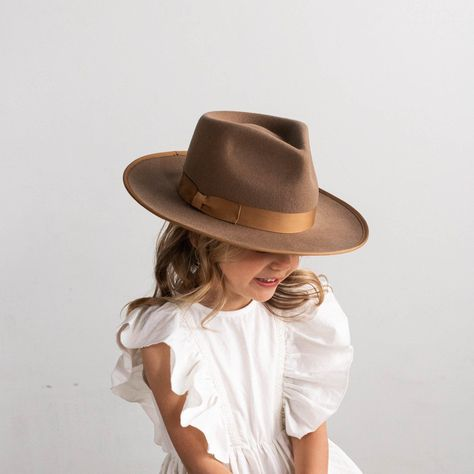 The Monroe is our most popular women's style, so we're so excited to see your littles rocking this rancher style felt hat! The Monroe has a teardrop fedora crown and a slightly curled brim. With the tonal grosgrain accents, the Monroe is the hat for everyone-including your mini me! Materials: The Monroe Kids Brown is made of 100% Australian Wool with a polyester liner and cotton-poly inner sweatband. The Monroe Kids Brown is available in 53 cm and features and adjustable inner band to ensure the Gossip Girl Fashion, Baby Girl Fashion, Toddler Fashion, Toddler Outfits, Kids Outfits, Womens Fashion, Kids Fashion Summer, Female Fashion, Retro Fashion
