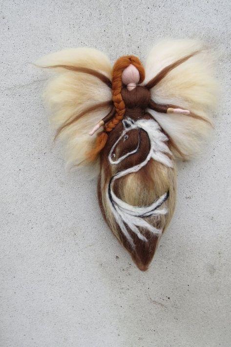 Handgefertigtes Unikat aus hochwertiger Merinowolle in zauberhafter Farbkombination! Diese Fee kommt in zauberhafter Farbkombination an einem dünnen Perlonfaden schwebend zu dir nach Hause und tanzt zart bei leichter Luftbewegung Entlockt bestimmt jedem Betrachter ein Lächeln und ziert sowohl