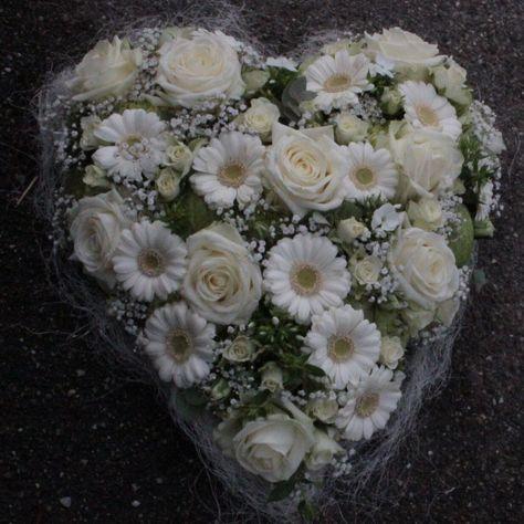 Blumenherz selber stecken. DIY Floristik Anleitung für ein Blumenherz. #blumen #blumenherz #blumengeschenk #floristik #anleitung