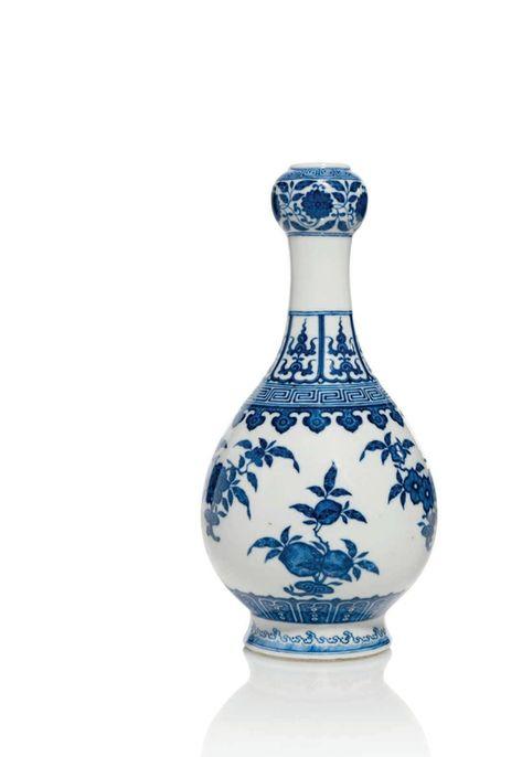 Vase en porcelaine bleu blanc, Chine, dynastie Qing, Marque à six caractères en cachet en bleu sous couverte et époque Qianlong (1736-1795)