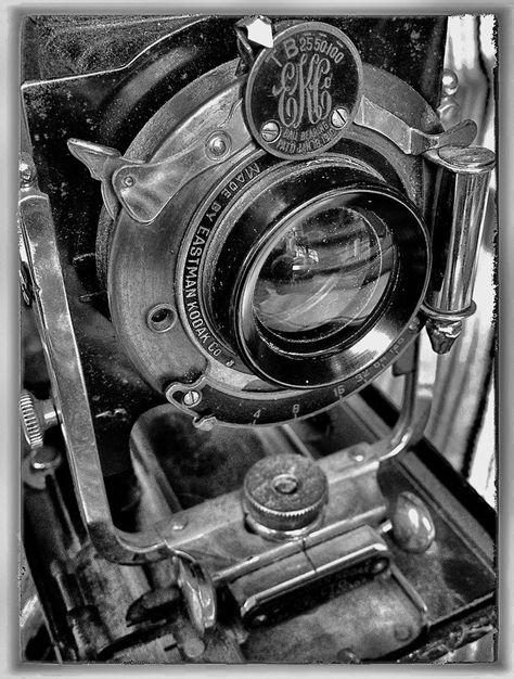 Las primeras cámaras precisaban un espacio de espera de ocho horas, su inicio fue casual, el vapor del mercurio, al dejar el libro fotográfico en un armario, hizo un efecto en lámina y así comenzó la fotografía. La idea se vendió por muchísimo dinero, como era habitual, solo los ricos podían disfrutarla. Como antecedentes, se encuentran la cámara oscura y las investigaciones sobre las sustancias fotosensibles. Se hicieron experimentos sobre la cámara oscura y la cámara estenopeica.