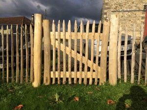 Porte Portillon En Chataignier Chataignier Non Traite Bois De La Region Aquitain Rustic Fence Outdoor Structures Garden Gates