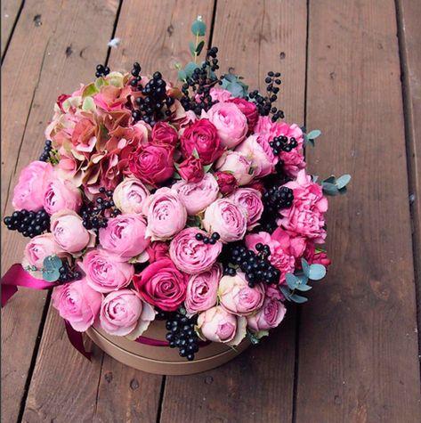 Стильный букет в коробке с кустовыми розами, гортензией и ягодами