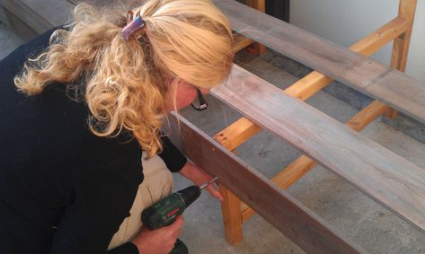 Nicole gaat een houten loungebank bouwen met opbergruimte . Met planken van hardhout, van onze schutting. In de video een handleiding van de bouw.