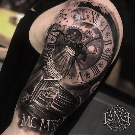 Tatuagem criada por Jorge Lange  de Porto Alegre (viaja para várias cidades).    Escada e relógio em preto e cinza no braço.