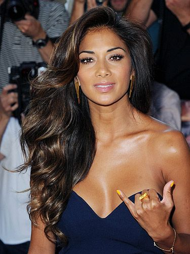 Now that's what we call a blow-dry Nicole Scherzinger Her dark brown hair looks great. Subtle highlights on dark hair. Brown Blonde Hair, Dark Hair, Shiny Hair, Nicole Scherzinger Hair, Pretty Hairstyles, Wedding Hairstyles, Curled Hairstyles, Lace Front, Celebrity Hairstyles