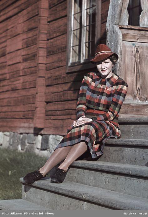 1941. Kvinna i rutig klänning och röd hatt. Foto: Gunnar