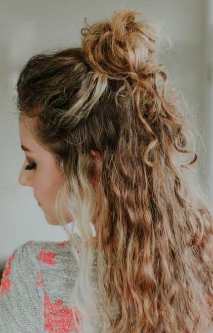 36 Trendy Hair Beach Style Top Knot Curly Hair Half Up Half Down Curly Hair Styles Naturally Half Up Curly Hair