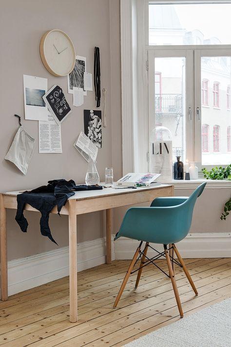 Pratique et esthétique, coin bureau et fauteuil DAW de Charles Eames. Useful and lovely workspace. https://www.konikodesign.com/fr/chaises-fauteuils/chaises-de-salle-a-manger/chaise-style-daw-noire-p7,1-1154,117.html