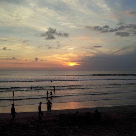 14 Pemandangan Sunset Kuta Bali Pemandangan Dari Restoran Memandang Lepas Ke Pantai Download Siluet Peselancar Di Pan Di 2020 Pemandangan Matahari Terbenam Pantai