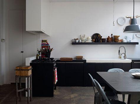 #reforma #cocina abierta en apartamento reformado con solo muebles bajos color carbón, suelo microcemento.