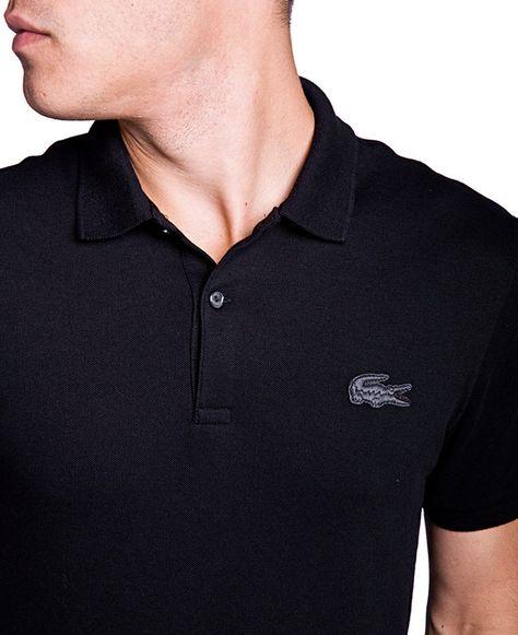 490b68526d Polo Lacoste noir et logo noir. Cette collaboration Lacoste et SOTO offre  une discrétion chic.
