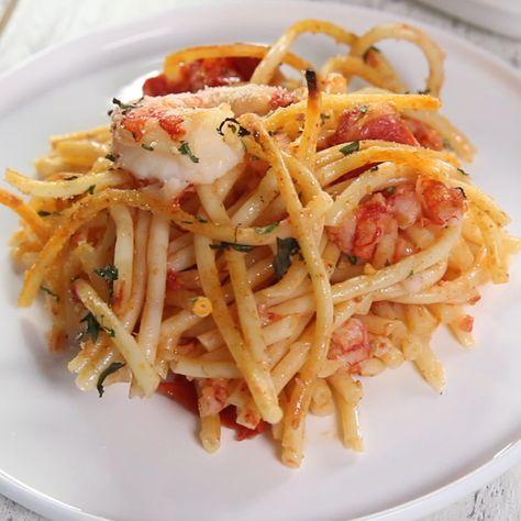 Un primo piatto di pasta completo, sano e gustoso tanto da diventare un perfetto piatto unico. Una ricetta che prevede pochi ingredienti e pochi passaggi per portare in tavola una pietanza dai colori e sapori mediterranei. 