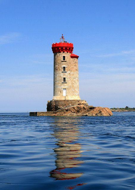 Le Phare de la Croix entre Loguivy de la Mer et l'île de Bréhat dans les Côtes d'Armor. Ici, les eaux animées de puissants courants à chaque marée et semées d'îles et d'îlots réclament une attention soutenue des navigateurs. Bretagne.