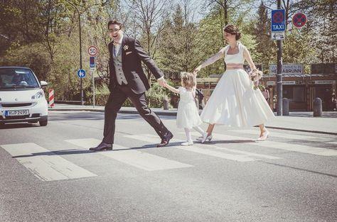 Great noni Brautpaar mit schlichtem tea length Brautkleid auf einem Zebrastreifen noni mode de Foto G ttlicher fotografieren und Melpomeni Pinterest