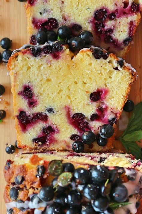 This colorful sponge cake with fresh black currants and kefir tastes like summer. It is heavenly fluffy, moist, fruity – simply delicious. You can make the batter for the black currant cake in a flash and bake the cake immediately. With this recipe, you can conjure up a summery dessert on the dining table in no time at all, which is guaranteed to delight everyone.