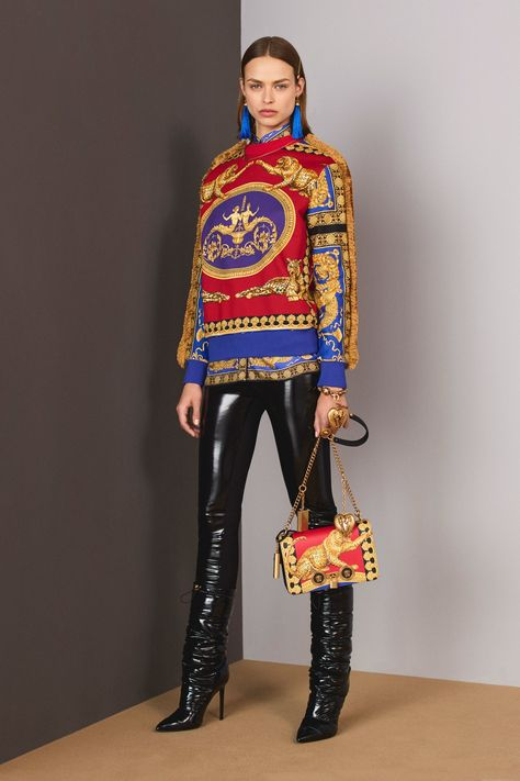 The complete Versace Pre-Fall 2018 fashion show now on Vogue Runway.