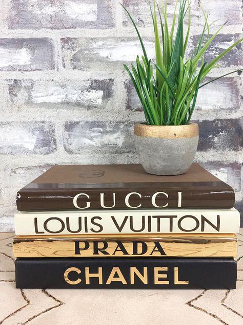 Chanel - Louis Vuitton - Gucci - Prada - 4 livre ensemble - noir, or, Beige, marron livre Designer ensemble, bibliothèque décor, cadeau de Noël Designer, Designer Home Decor Cet ensemble livre inspiré designer est fabriqué à la main de livres neufs et transformé en le parfait