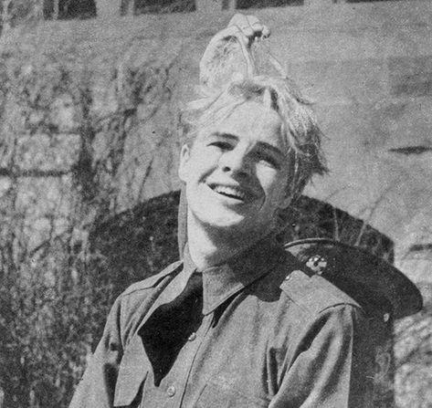 IlPost - Marlon Brando in una foto del 1943 scattata da un insegnante della Shattuck School di Faribauld in Minnesota dove Brando studiava al tempo. Qualcuno solleva i capelli di Brando, che lui aveva da poco decolorato. (AP Photo/Faribault Daily News, Courtesy - Marlon Brando in una foto del 1943 scattata da un insegnante della Shattuck School di Faribauld in Minnesota dove Brando studiava al tempo. Qualcuno solleva i capelli di Brando, che lui aveva da poco decolorato. (AP Photo/Faribault…
