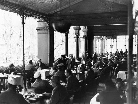 Ravintolayleisöä Kappelissa.  Nyberg Jarl 1930 Helsingin kaupunginmuseo