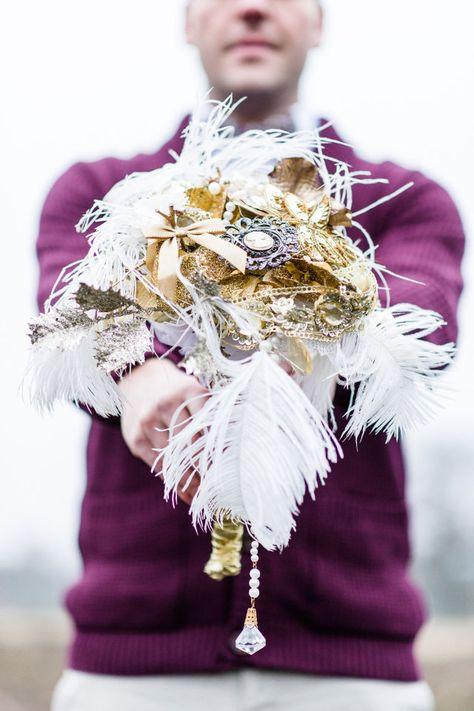 Inspiratie uit de jaren 20 voor je bruidsboeket #great #gatsby #bruidsboeket #goud #shoot #wit #bruiloft #trouwen #inspiratie #wedding #bouquet #gold #white Movie inspired shoot met veel liefde | ThePerfectWedding.nl | Fotocredit: Tovergoud Bruidsfotografie