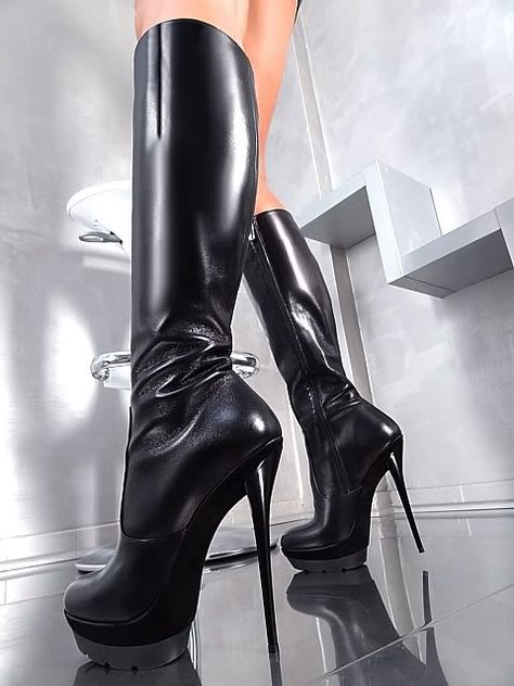 Злодейки на высоких каблуках вынимая из-зо рта