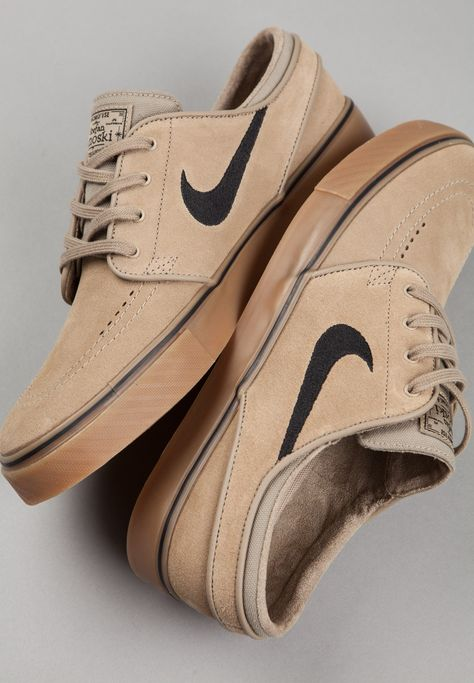 Enjoy The Sneakers You're In With These Tips. A lot of men and women absolutely love sneakers. This explains why the state of the economy factors so little in how well sneakers Me Too Shoes, Men's Shoes, Nike Shoes, Shoe Boots, Dress Shoes, Sneakers Nike, Sneakers Design, Black Shoes, Janoski Nike