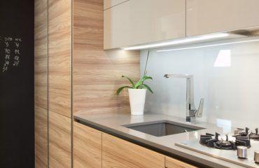 Niebanalna Nowoczesna Aranzacja W Niewielkiej Typowej Kuchni W Bloku Z Wielkiej Plyty Ze Wzgledu Na Uklad Pomieszczenia Szafki Zos Kitchen Decor Home Decor