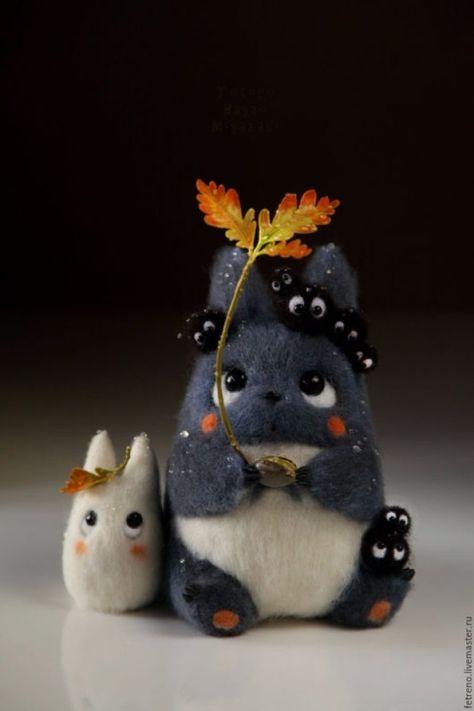 Totoro company with oak sprout. Needle Felt by Russian Artist Christina Shablin (Fetreno). Needle Felted Animals, Felt Animals, Wet Felting, Needle Felting, Pet Anime, Anime Art, My Neighbor Totoro, Cute Toys, Felt Toys