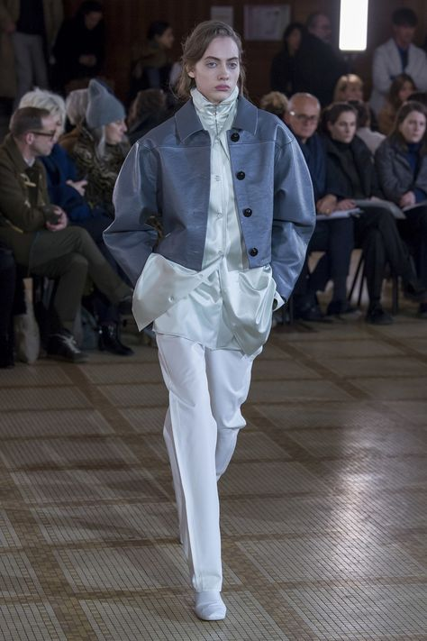 The complete Lemaire Fall 2018 Ready-to-Wear fashion show now on Vogue Runway.