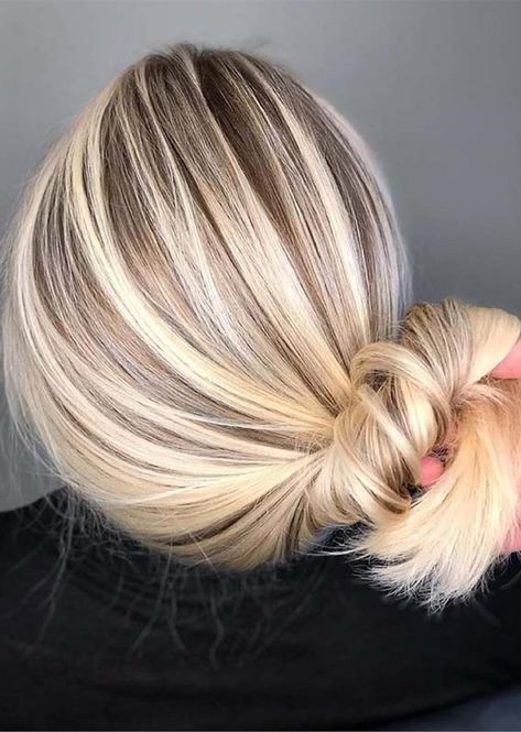 We have made a collection here so many amazing trends of blonde hair colors with unique highlights that you must try in these days for modern hair looks. Here, you may discover, a lot of best blonde and balayage hair colors and hairstyles that are sported Brassy Blonde, Balayage Hair Blonde, Blonde Hair Looks, Shades Of Blonde Hair, Highlighted Blonde Hair, Best Blonde Hair, Blonde Hair For Fall, Blonde Fall Hair Color, Hair Colour