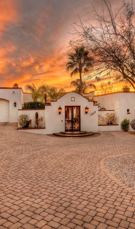Seven Spanish Colonial Homes You Can Buy Right Now - Sunset From a cottage in Pasadena to a five-bedroom in Tucson, these homes for sale embrace beautiful Spanish Colonial style, and they're ready to buy right now. Mexican Style Homes, Hacienda Style Homes, Colonial Style Homes, Spanish Style Homes, Spanish Style Interiors, Spanish Style Decor, Spanish Style Bathrooms, Spanish Hacienda Homes, Spanish House Design